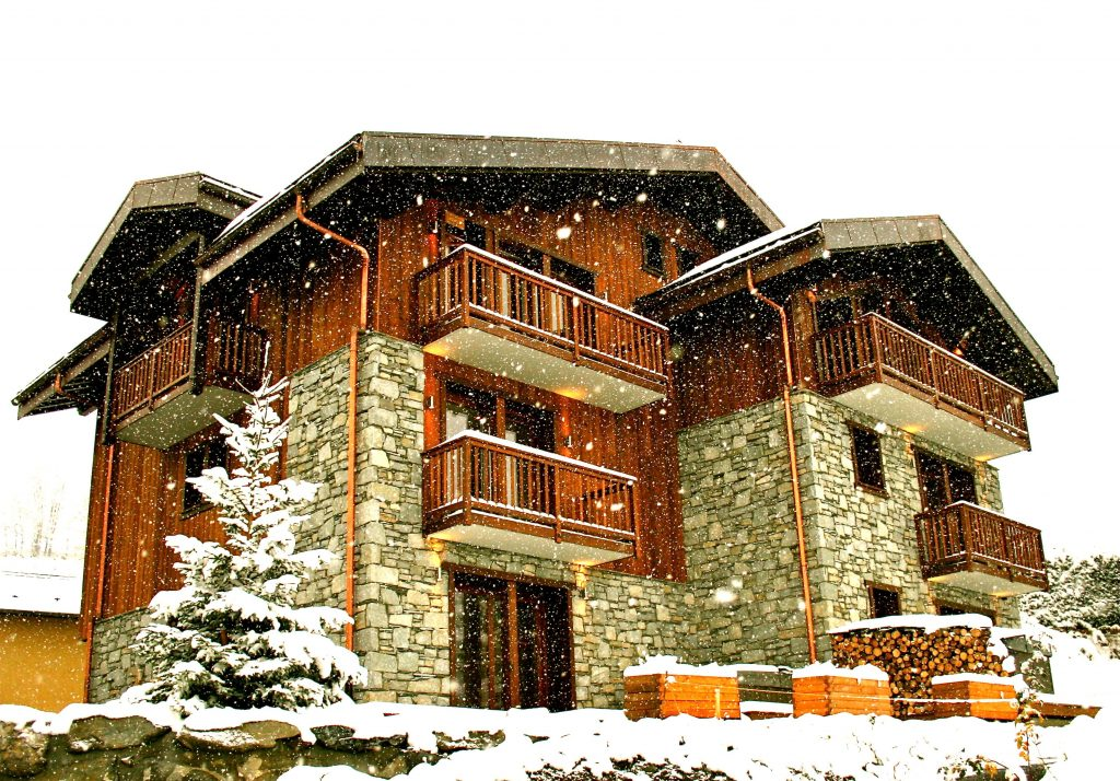 9.Chamois lodge exterior snowing-min